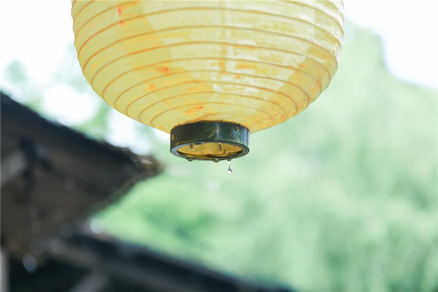 摄图网_500562425_banner_雨天有黄色灯笼的村落(非企业商用).jpg