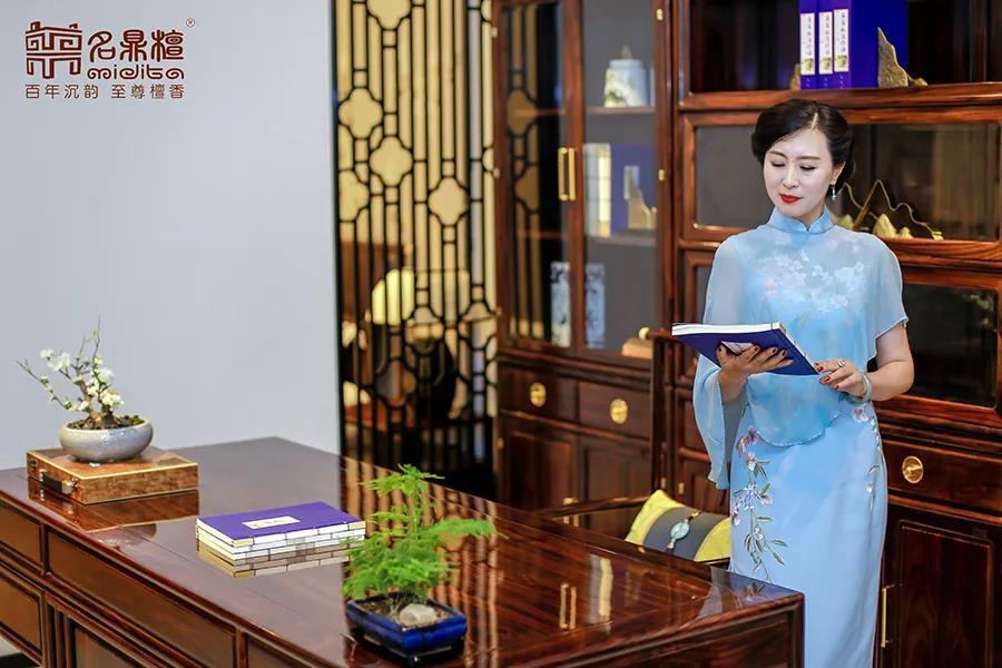 用镜头定格旗袍与新中式家具的惊艳碰撞